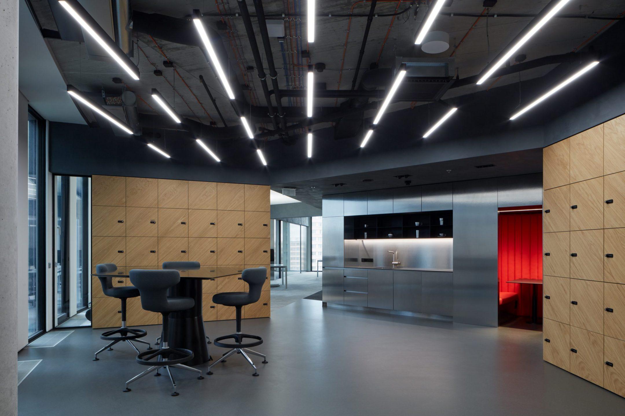 Firemní kuchyňka v technicistní kanceláři pro EOH IT Hub